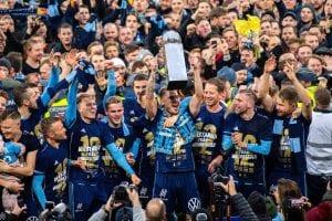 Djurgården lyfter pokalen medan de firar guldet i Allsvenskan 2019.
